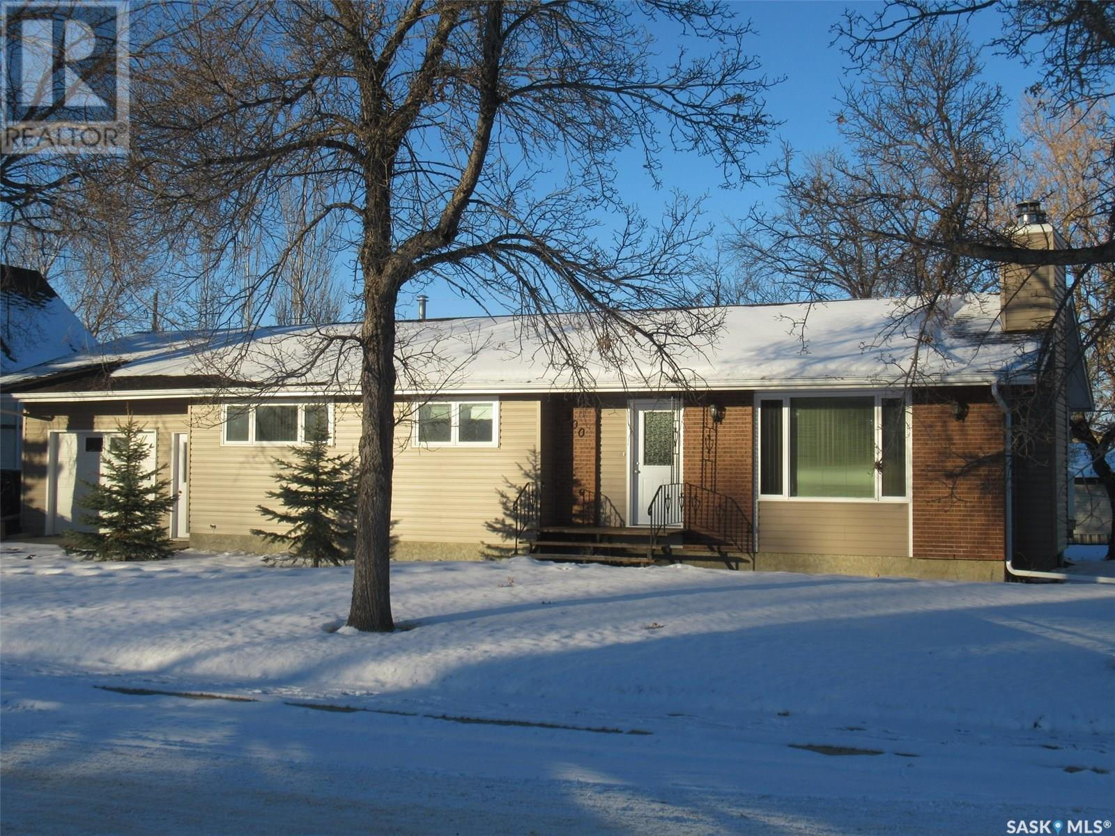 300 7th Ave W, Assiniboia, Saskatchewan  S0H 0B0 - Photo 1 - SK805856