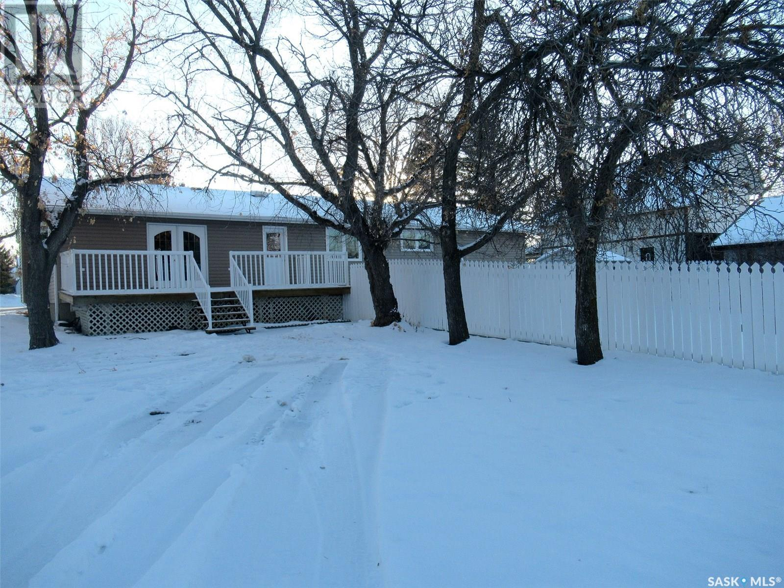 300 7th Ave W, Assiniboia, Saskatchewan  S0H 0B0 - Photo 2 - SK805856